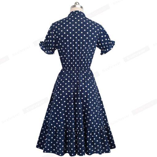 femme en robe bleue a pois blancs