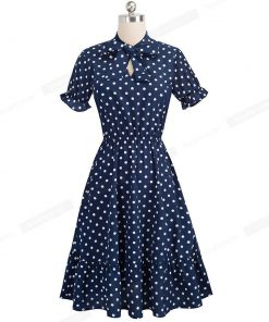 femme en robe bleue a pois bblancs