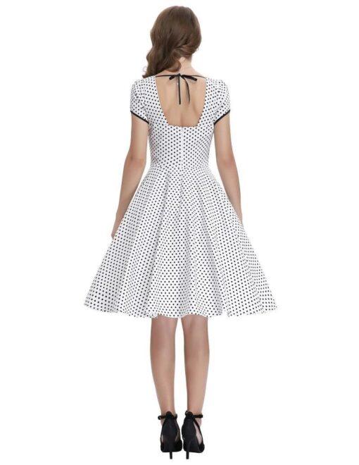 robe a pois sur blanche porte